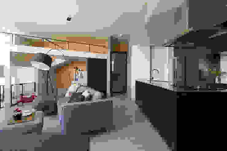 キッチンを中心に家族がひとつになれるいえ モダンな 壁&床 の ピコグラム建築設計事務所 モダン