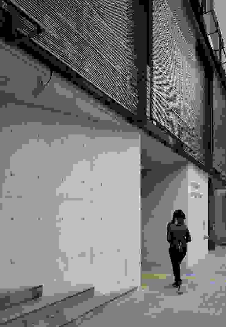 어둠속의 대화, 북촌 모던스타일 복도, 현관 & 계단 by WISE Architecture 모던