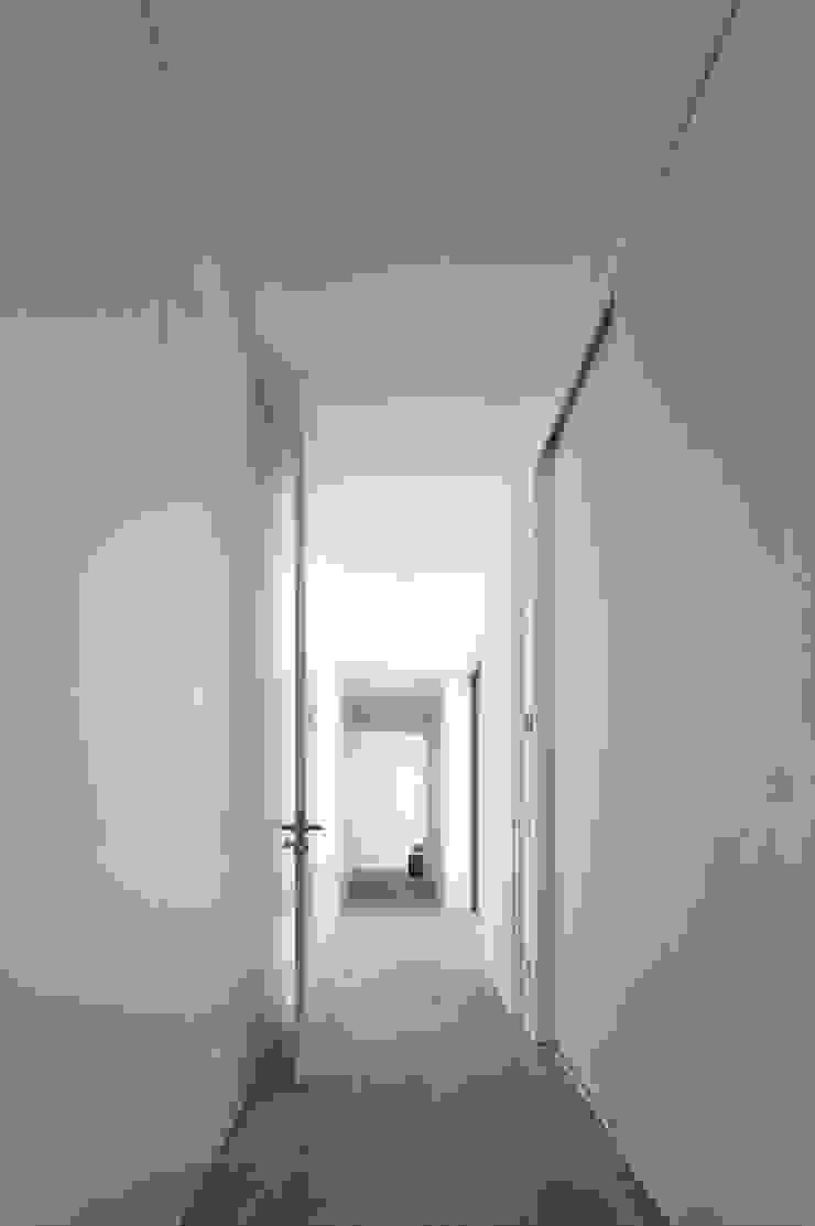 RRJ Arquitectos Modern corridor, hallway & stairs