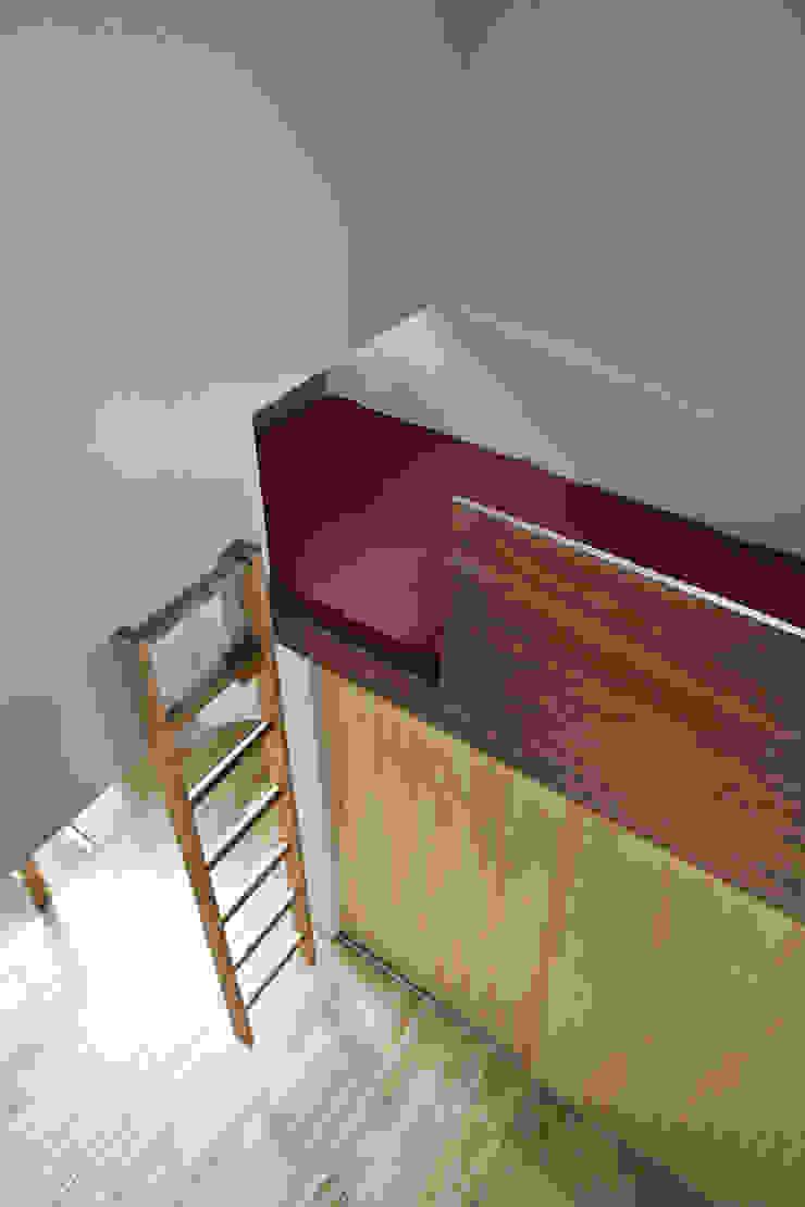 子供室の上部の空中飛出しロフトベッド。 オリジナルデザインの 子供部屋 の 宮武淳夫建築+アルファ設計 オリジナル