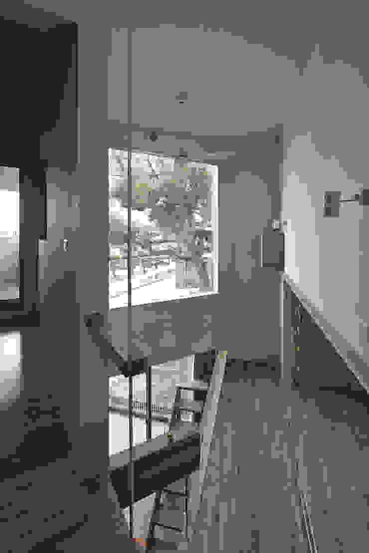 2階の階段からクスの木の方向を見る。左が寝室、右が子供スペース。 オリジナルスタイルの 玄関&廊下&階段 の 宮武淳夫建築+アルファ設計 オリジナル