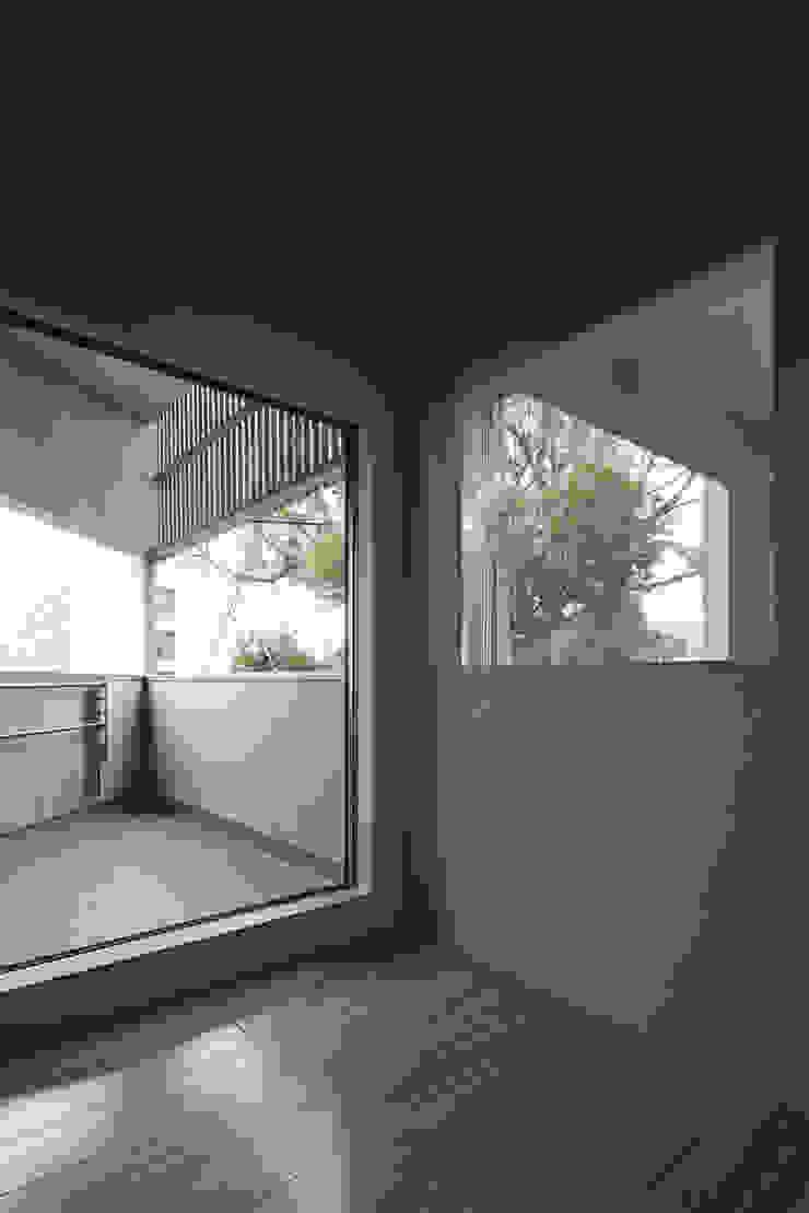 寝室から見る。左がテラス、右の開口は吹抜けに面する。 オリジナルスタイルの 寝室 の 宮武淳夫建築+アルファ設計 オリジナル