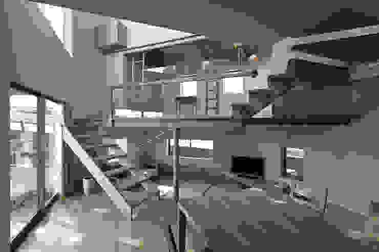 畳リビングとその上の子供スペース方向を見る。 オリジナルスタイルの 玄関&廊下&階段 の 宮武淳夫建築+アルファ設計 オリジナル