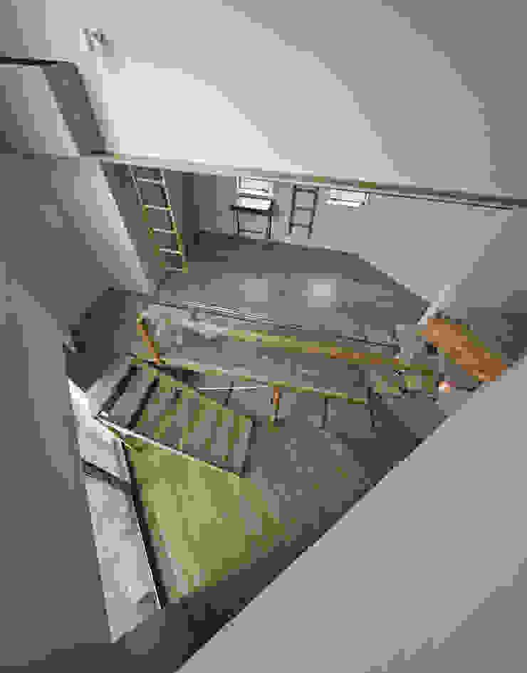 三角形の吹抜け空間の見下ろし。 オリジナルデザインの 多目的室 の 宮武淳夫建築+アルファ設計 オリジナル