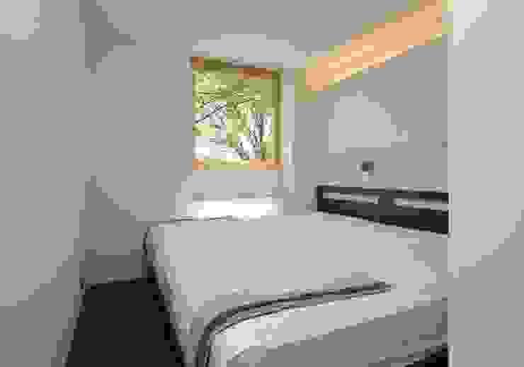 Dormitorios modernos: Ideas, imágenes y decoración de エヌ スケッチ Moderno