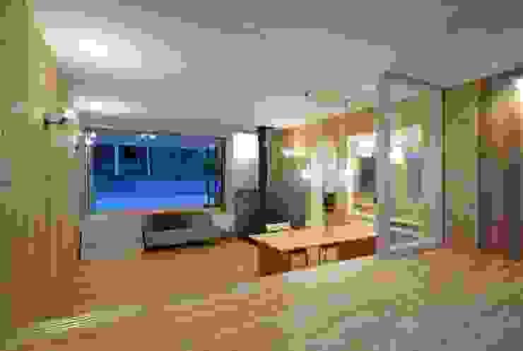 Livings modernos: Ideas, imágenes y decoración de エヌ スケッチ Moderno