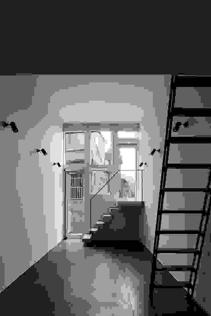 Triplex House ミニマルデザインの リビング の Yukinobu Toyama Architects ミニマル