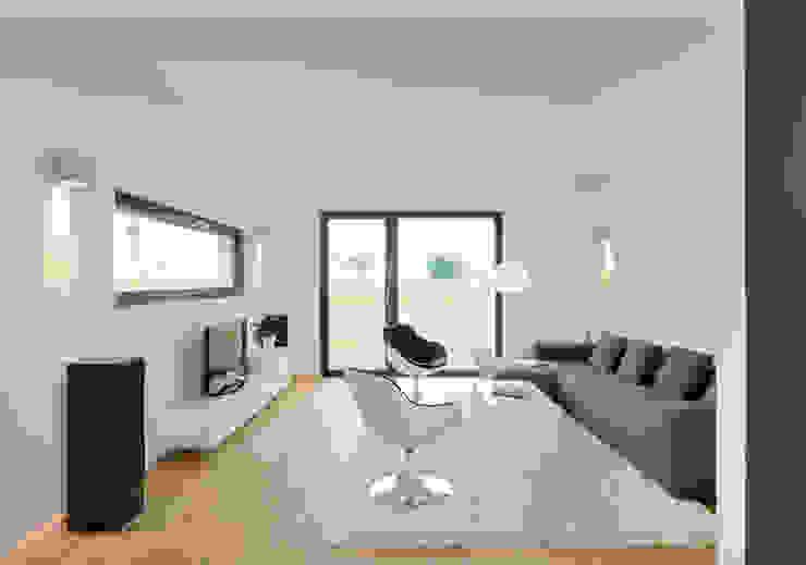 现代客厅設計點子、靈感 & 圖片 根據 Bau-Fritz GmbH & Co. KG 現代風