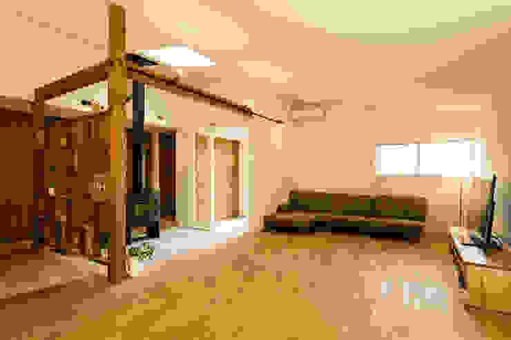 Salas de estar modernas por エヌ スケッチ Moderno