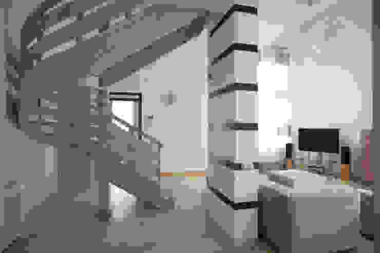 Вид на лестницу Коридор, прихожая и лестница в стиле минимализм от Inter-Decore Минимализм