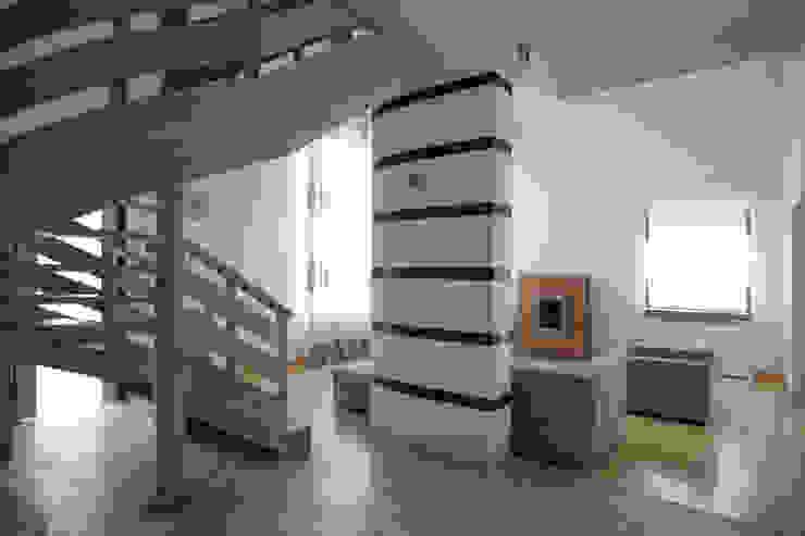 Вид на гостиную Коридор, прихожая и лестница в стиле минимализм от Inter-Decore Минимализм