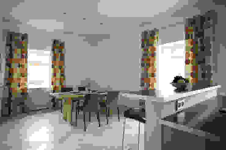 Вид из кухни в столовую Столовая комната в стиле модерн от Inter-Decore Модерн