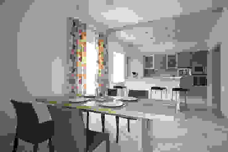 Вид из столовой в кухню Кухня в стиле модерн от Inter-Decore Модерн