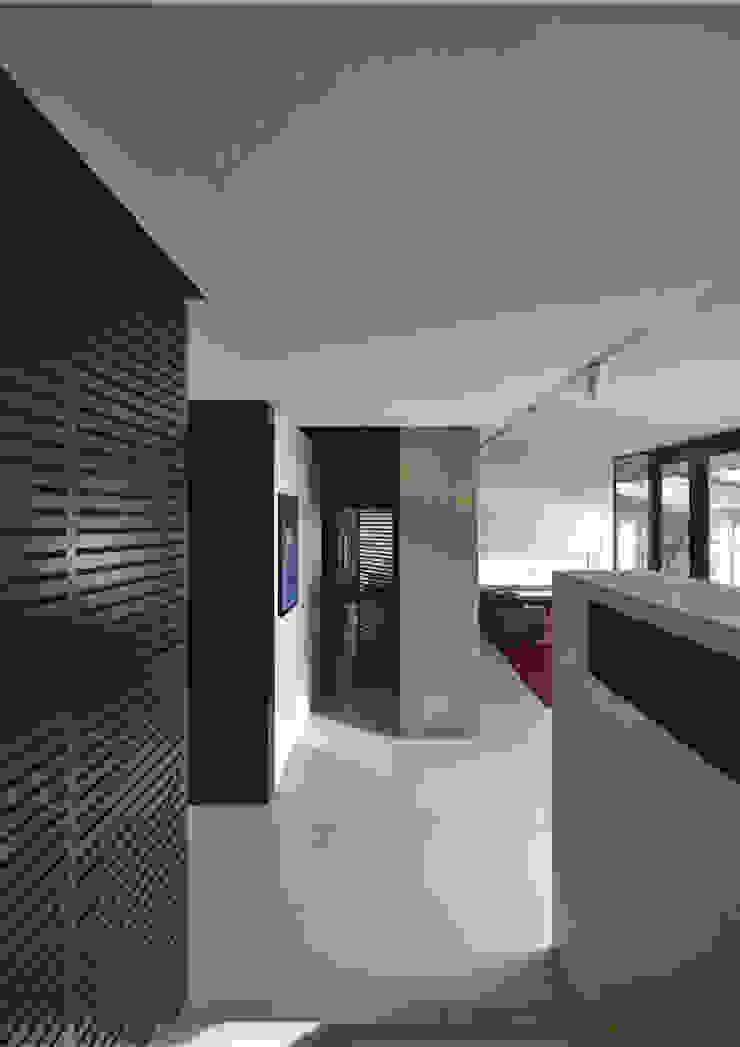 RRJ Arquitectos Ingresso, Corridoio & Scale in stile moderno