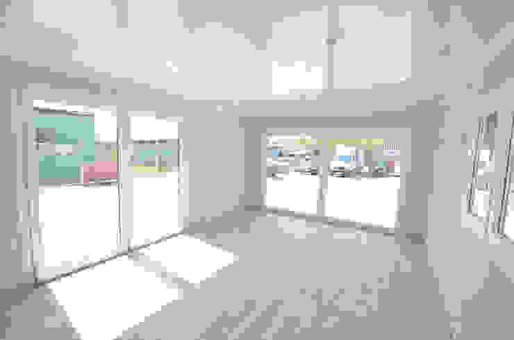 Salon w nowym domku holenderskim 12x4m Nowoczesny salon od Letniskowo.pl Sp. z o.o. Sp.k. Nowoczesny