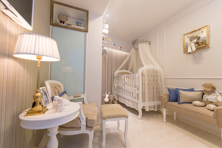Classic style nursery/kids room by LM Arquitetura Classic