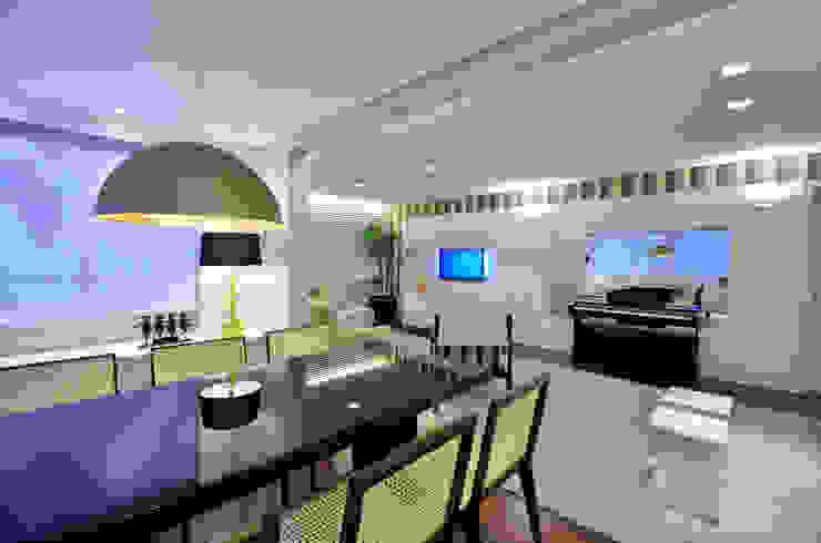 Modern dining room by Stúdio Márcio Verza Modern