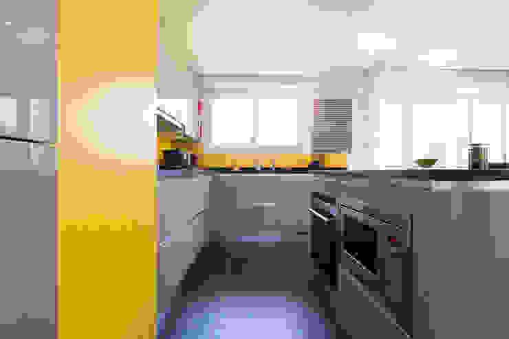 cuisine ouverte finition façade corde avec plan de travail en granit noir vieilli Cuisine moderne par LA CUISINE DANS LE BAIN SK CONCEPT Moderne