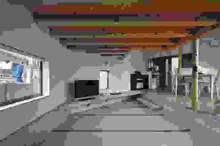 畳みリビング、左の窓は路面とガードレールの間に位置する オリジナルデザインの 多目的室 の 宮武淳夫建築+アルファ設計 オリジナル