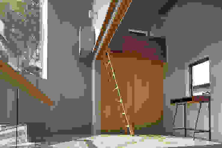 1.5階の廊下から見た子供部屋、将来は引き戸で仕切る想定 オリジナルデザインの 子供部屋 の 宮武淳夫建築+アルファ設計 オリジナル