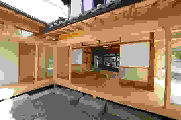 縁側: 冨家建築設計事務所が手掛けたアジア人です。,和風