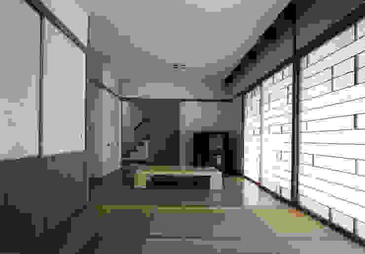 東福寺の家 モダンデザインの リビング の 株式会社 坂田基禎建築研究所 モダン