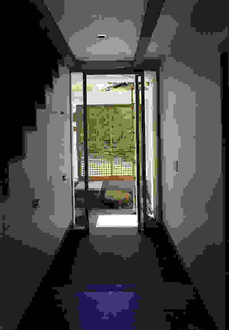 東福寺の家 モダンスタイルの 玄関&廊下&階段 の 株式会社 坂田基禎建築研究所 モダン