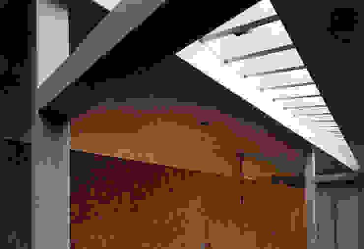 東福寺の家 モダンな 壁&床 の 株式会社 坂田基禎建築研究所 モダン