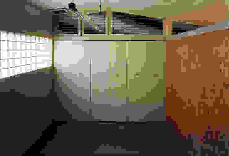 東福寺の家 モダンな 窓&ドア の 株式会社 坂田基禎建築研究所 モダン