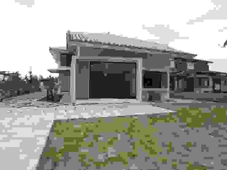 シーサーが見守る家(外観裏庭) 日本家屋・アジアの家 の ユニップデザイン株式会社 一級建築士事務所 和風