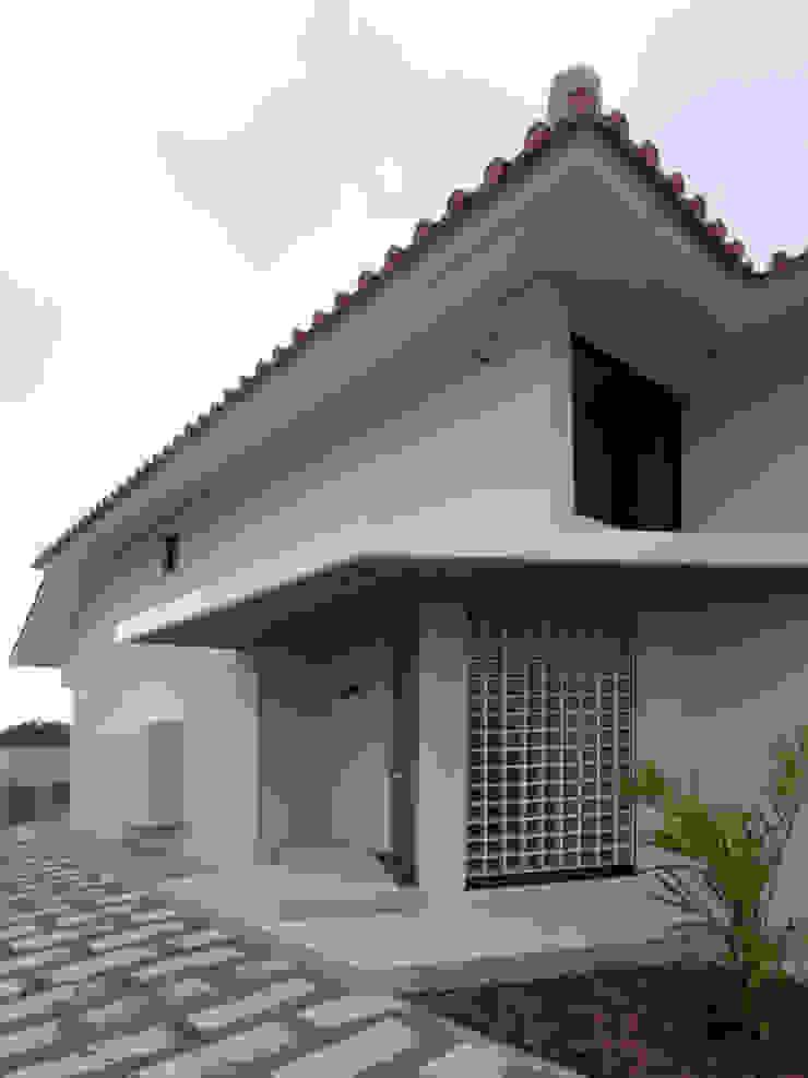シーサーが見守る家(玄関) 日本家屋・アジアの家 の ユニップデザイン株式会社 一級建築士事務所 和風