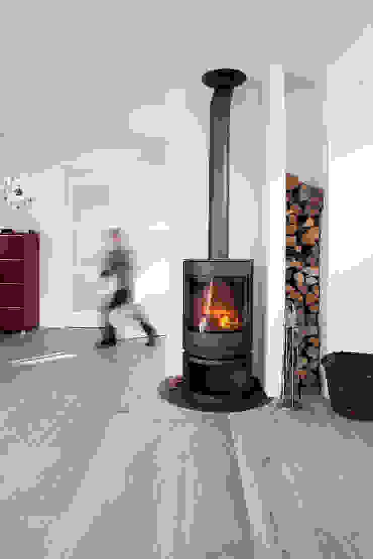 Aanzicht vanaf uitbouw (woonkamer): modern  door NarrativA architecten, Modern