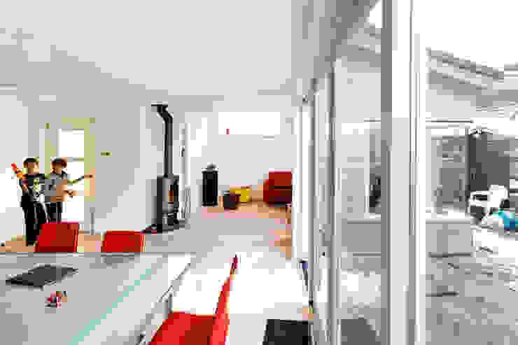 Aanzicht vanaf eethoek (na): modern  door NarrativA architecten, Modern