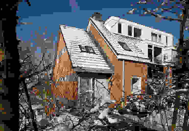 Voor en linker zijgevel - na: modern  door NarrativA architecten, Modern