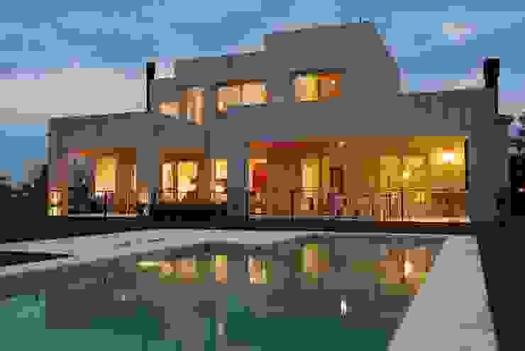 Modern Pool by Estudio de Arquitectura Clariá & Clariá Modern