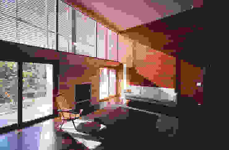 木ルーバーの家 モダンデザインの リビング の 平林繁・環境建築研究所 モダン
