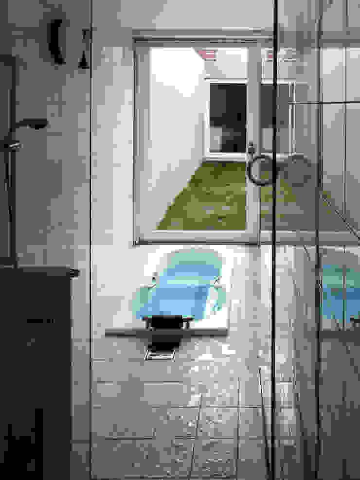 長岡京の住宅 モダンスタイルの お風呂 の 宮崎仁志建築設計事務所 モダン