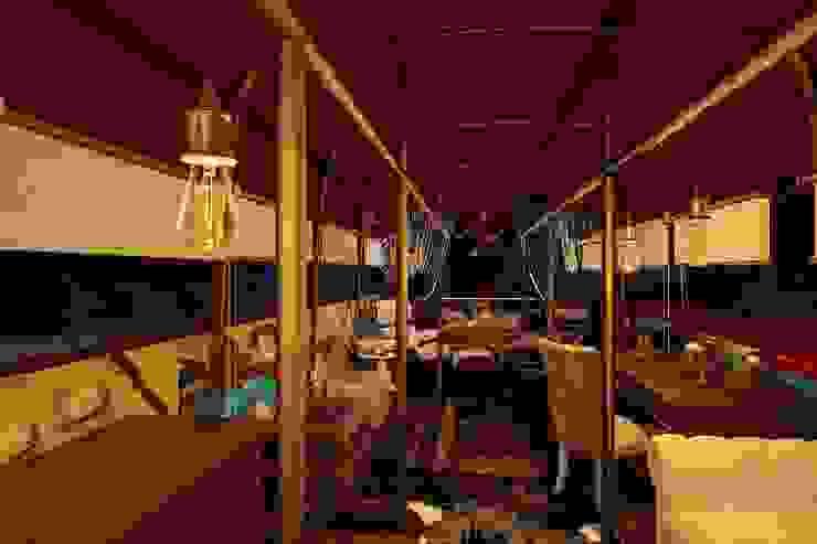 Тату-студия в английском автобусе Рабочий кабинет в стиле лофт от Veronika Brown Studio Лофт