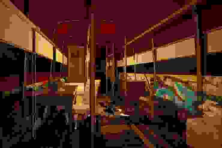 Тату-студия в английском автобусе Гардеробная в стиле лофт от Veronika Brown Studio Лофт
