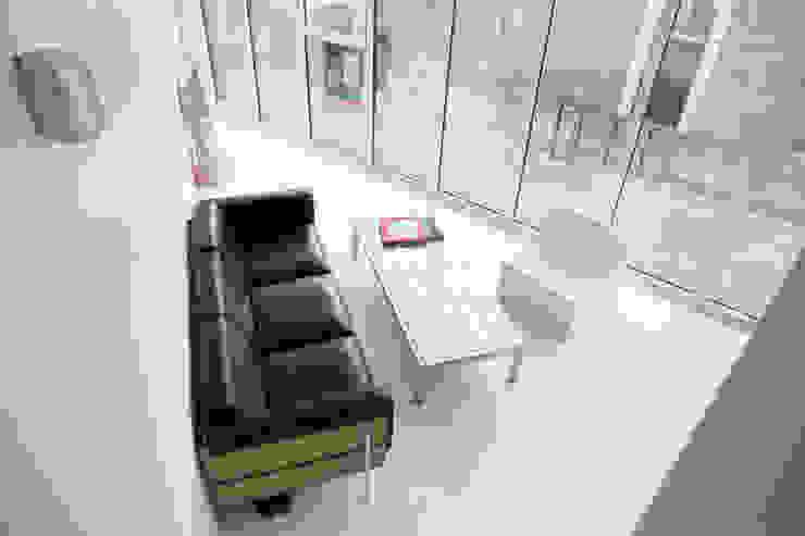 séjour: Salon de style  par bump architectes,