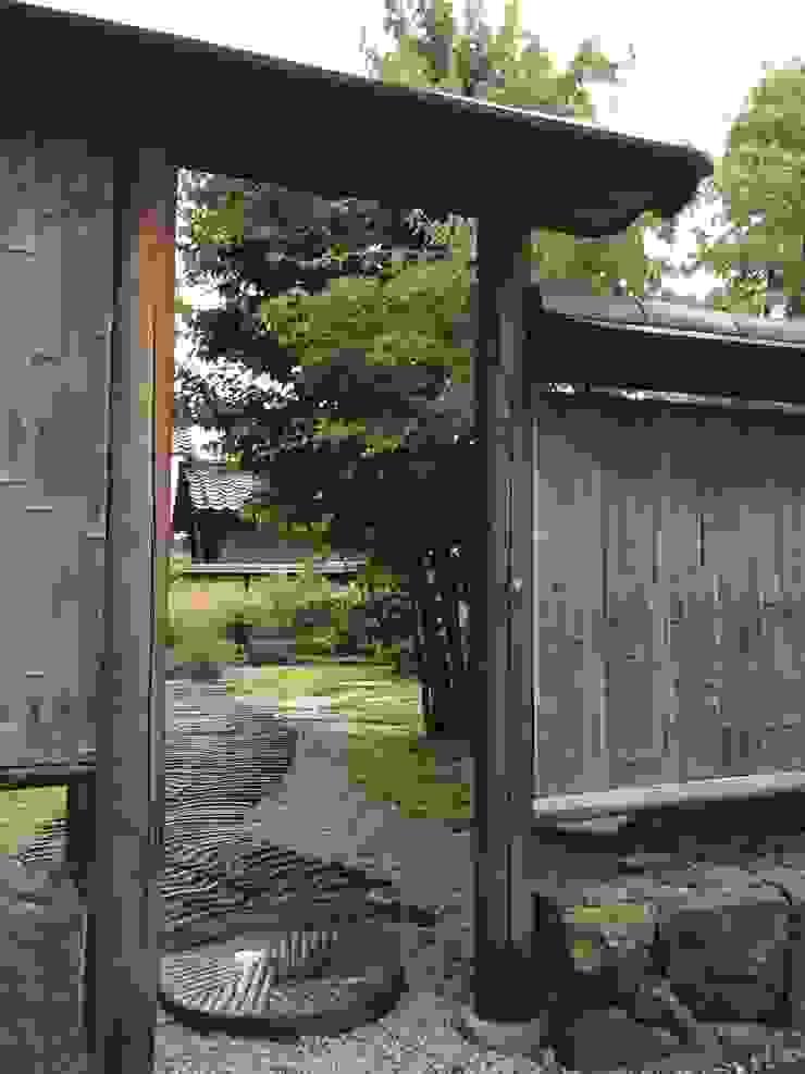 土塀の外側 の 有限会社渡部造園