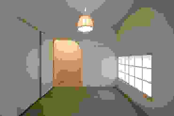 和室 北側をみる クラシカルな 壁&床 の 宇佐美建築設計室 クラシック