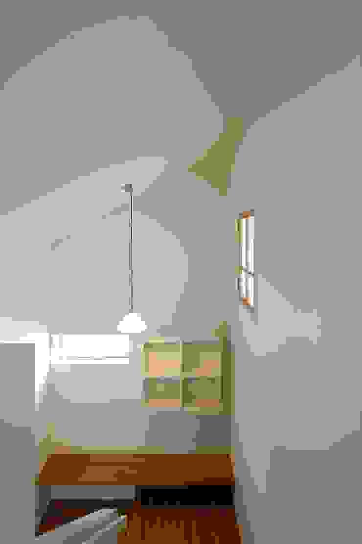 階段室 東面をみる クラシカルスタイルの 玄関&廊下&階段 の 宇佐美建築設計室 クラシック