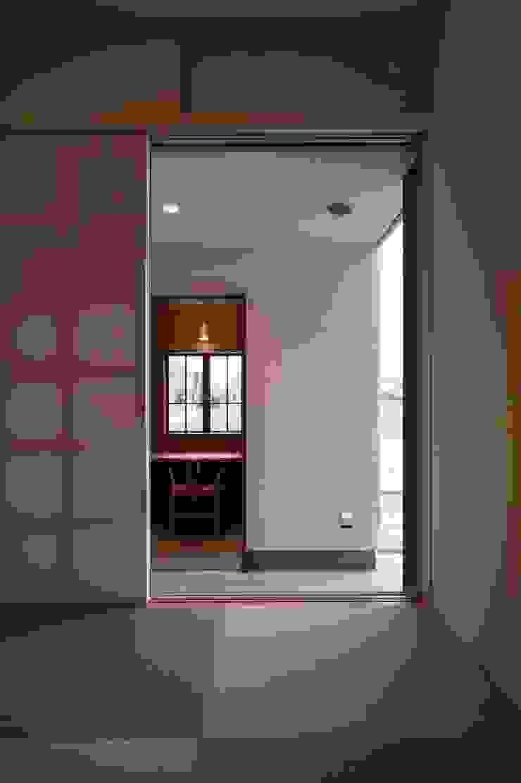 和室 南側をみる クラシックデザインの 書斎 の 宇佐美建築設計室 クラシック