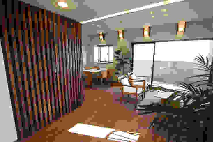 格子越しに微かに厨房が見えます モダンデザインの リビング の 遠藤浩建築設計事務所 H,ENDOH ARCHTECT & ASSOCIATES モダン
