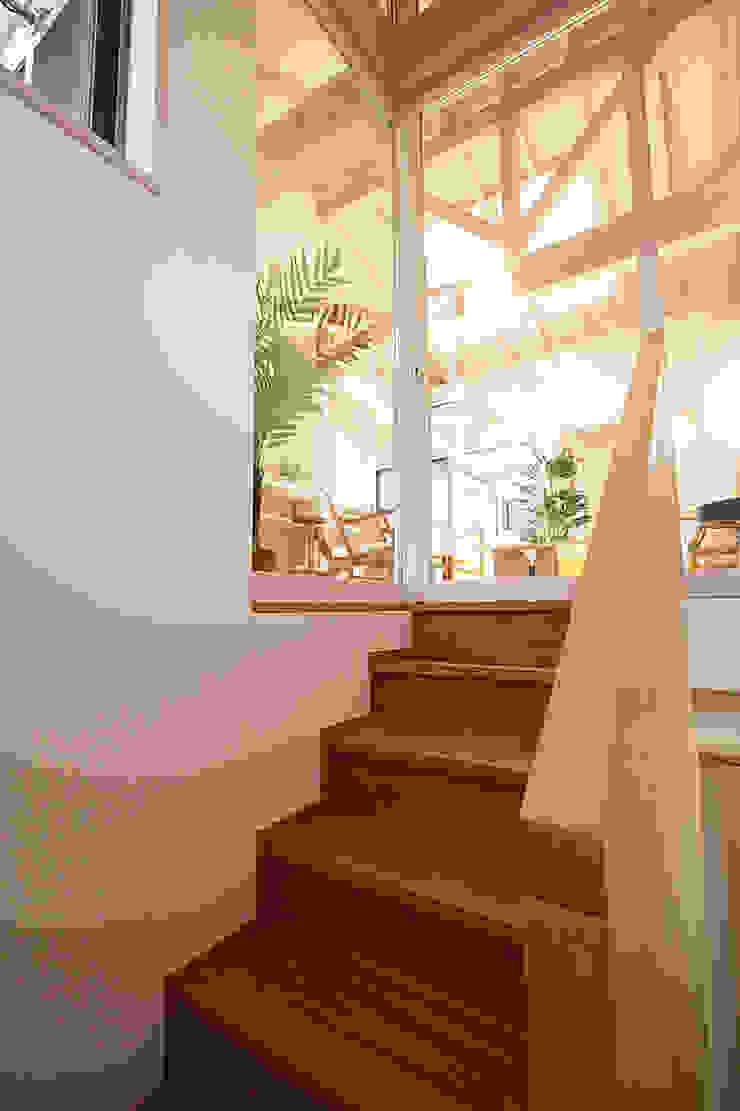 階段より居間を見る 北欧スタイルの 玄関&廊下&階段 の 遠藤浩建築設計事務所 H,ENDOH ARCHTECT & ASSOCIATES 北欧