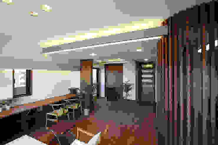 大活躍するであろう長ーい机のあるリビング モダンデザインの リビング の 遠藤浩建築設計事務所 H,ENDOH ARCHTECT & ASSOCIATES モダン