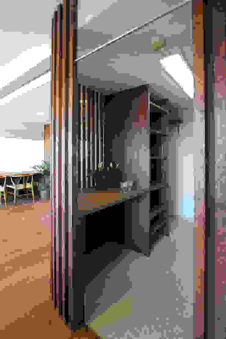 縦格子の間仕切で隠すキッチン モダンな キッチン の 遠藤浩建築設計事務所 H,ENDOH ARCHTECT & ASSOCIATES モダン
