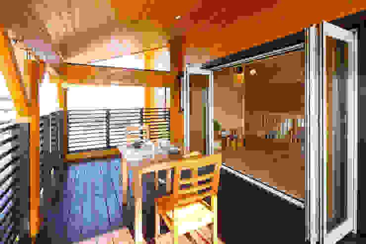 Wiejski balkon, taras i weranda od 木の家株式会社 Wiejski