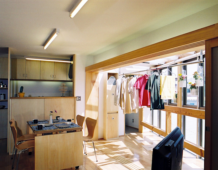 室内干しのできるリビングダイニング モダンデザインの ダイニング の 遠藤浩建築設計事務所 H,ENDOH ARCHTECT & ASSOCIATES モダン